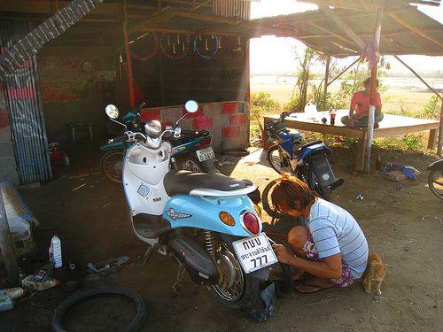 Een lekke band met de motorbike krijgen in Thailand is in de regel een hoop gedoe. Dat het ook anders kan, ondervond ik tijdens een avondje stappen in Pattaya.
