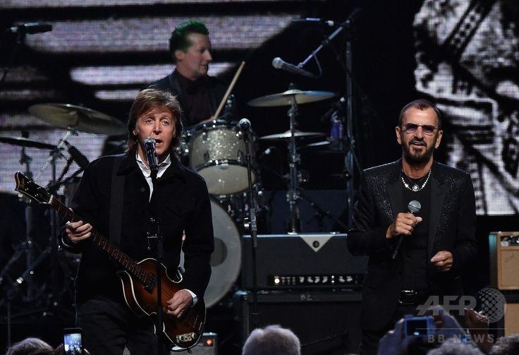 米オハイオ州クリーブランドで開催された「ロックの殿堂」の式典で演奏するビートルズの元メンバー、ポール・マッカートニーさん(左)と新たに殿堂入りが決まったリンゴ・スターさん ビートルズ リンゴ・スターの画像
