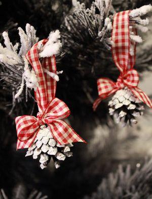 Rusettikäpy Ruutunauhalla koristettu jouluinen käpy. Voit laittaa sen roikkumaan esimerkiksi joulukuuseen.