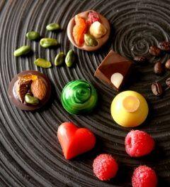 カラフルでオシャレで上品なチョコレート ラ ブティック ドゥ ジョエルロブションのバレンタインシリーズが今年も憧れ() グリーンのマーブルのドーム型ピスタチオチョコレートとハート型の真っ赤なラズベリーチョコレートはボンボンショコラ プレート上の丸いチョコレートにナッツをのせて歯ごたえを楽しめて見た目も上品なマンディアン ブローチみたいで可愛いです ぜひぜひバラエティに富んだラ ブティック ドゥ ジョエルロブションのバレンタインショコラをお楽しみください tags[東京都]