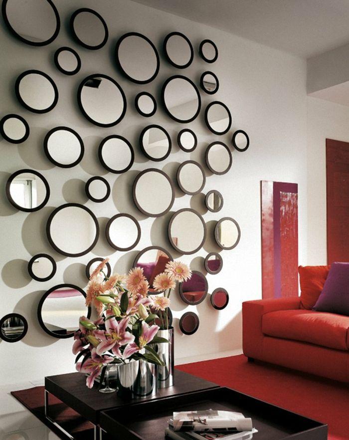 wohnzimmereinrichtung ideen rotes sofa roter teppich wanddeko spiegel