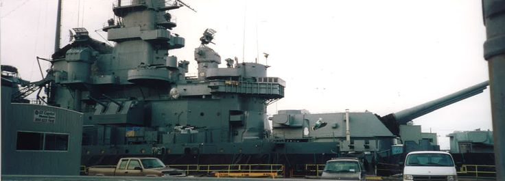 [3292 x 1186] USS Massachusetts (BB-59) in Drydock, Jan. 1999, forward superstructure, Note artwork on Turret No. 2 [OC]