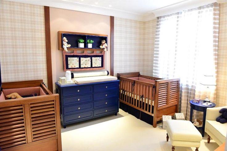 Decoração de quartos para inspirar - Pensando nos pais de gêmeos, a arquiteta Aline Curvello criou um quarto para facilitar os cuidados com os bebês. Tons fechados em azul, vermelho e verde deixam o ambiente mais elegante. A graça fica por conta do tecido com estampa de cachorrinho