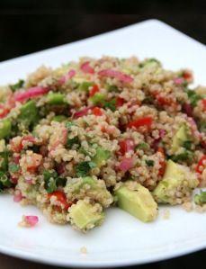 Ensalada-de-quinua-con-aguacate-y-tomate, beneficios de la quinoa