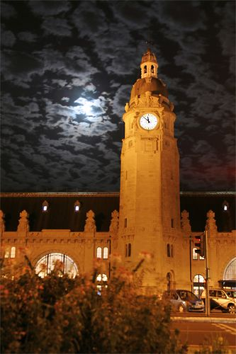 L'imposante gare de La Rochelle en pleine nuit   #charentemaritime #LaRochelle #bynight