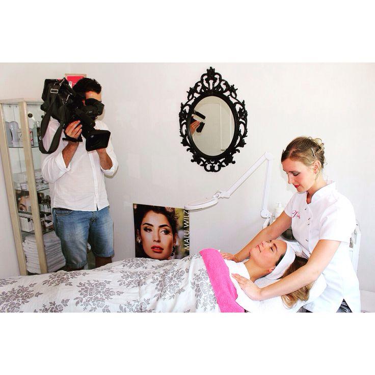 RTL4 cameraploeg filmt de salon