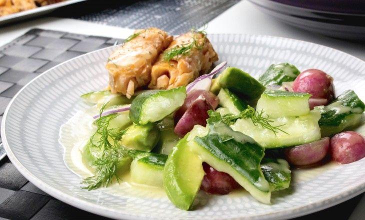 Fräsch och snabb ljummen sallad med varmrökt lax, krossad gurka, smörkokta rädisor, avokado, rödlök och en rivig sötstark senapsdressing. Vill man kokar