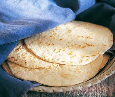 Här är ett gott recept på hemmagjorda tortillas. Mycket godare och nyttigare än dom du köper i butik! Allt du behöver är vetemjöl, bakpulver, olja, salt och vatten. Servera dina tortillas med till exempel kyckling eller köttfärs.