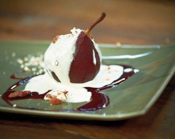 Die Birnen haben es in sich: getränkt in Rotwein und Kirschnektar, gewürzt mit Zimt, Kardamom und Vanille. Dazu Vanille-Eis und Amaretta-Sahne.
