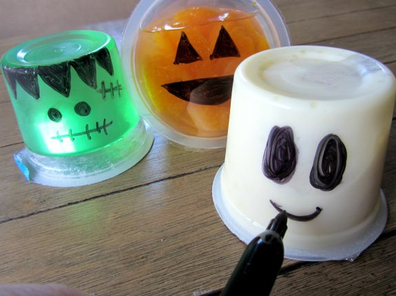 {Quic & Easy Spooky Snacks} Perfect for a Halloween class party or at home!