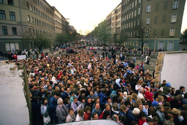 Chris Niedenthal | Tłum mieszkanców Wschodniego Berlina przechodzi przez nowo otwarte przejście przy Bernauer Strasse