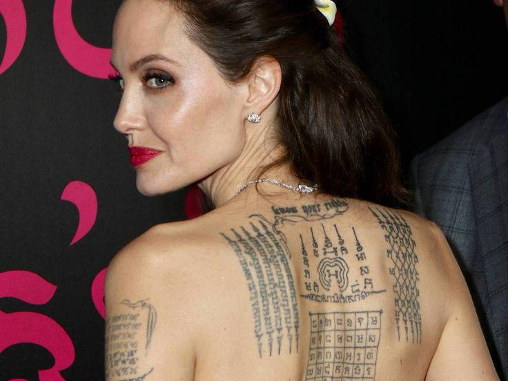 Bei der Premiere ihres neuen Films überraschte Angelina Jolie gleich doppelt: Zum einen erschien ihr Vater, mit dem sie lange zerstritten war, zum anderen zeigte sie stolz ihr Rücken-Tattoo – trotz seiner Bedeutung. Blume im Haar, Diamant-Kette um den Hals, doch das schönste Accessoire von...