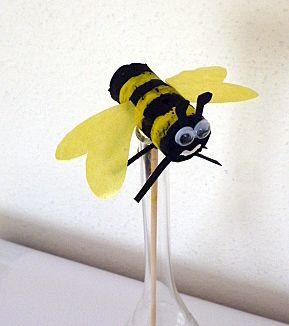 Een priegel-werkje voor de oudere kleuters. De kurk schilderen in banen zwart en geel. Vleugeltjes en gezichtje erbij een daar is een lief klein bijtje! (misschien meerdere voor een mobiel?)