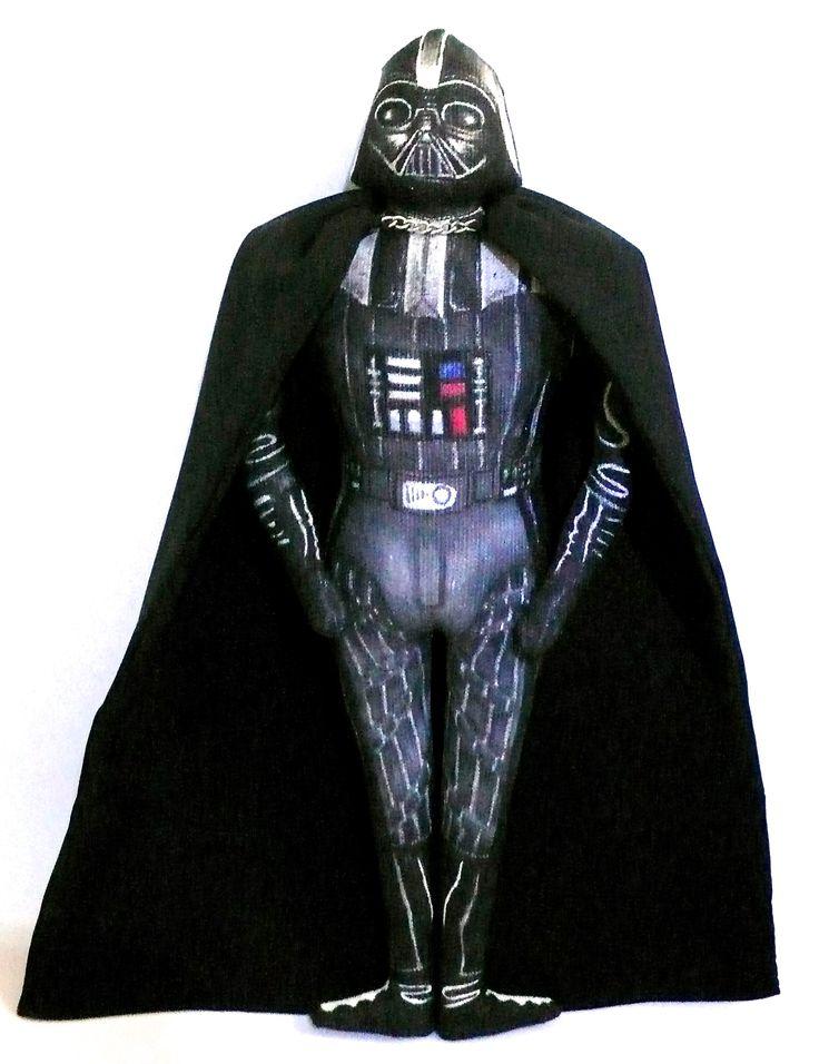 Dark Vador, poupée offerte à un petit fan du côté obscur de la force,  Poupées en tissu, dessinée au feutres textiles, et peinte, tissus de récup, , 24 cm de haut, Un Radis m'a dit.  Boutique : https://www.alittlemarket.com/boutique/un_radis_m_a_dit-815807.html