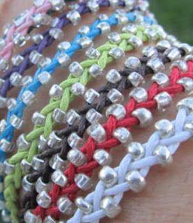 Una pulsera muy sencilla, realizada con hilo de algodón encerado y abalorios de metal, madera o cualquier otro material. Las explicaciones e...