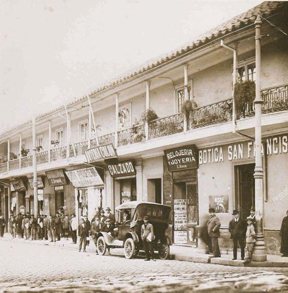 Las antiguas tiendas comerciales de Santiago. Lugar: Alameda con calle San Antonio. Año 1910.