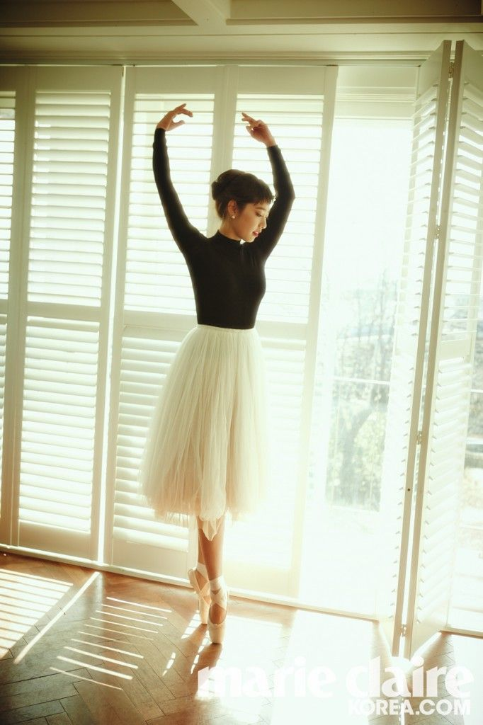 Park Shin Hye looks graceful on her toes as she practices ballet.