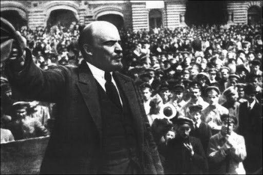 Etapas de la Revolución Rusa  Distinguimos dos etapas o momentos de la Revolución Rusa , a saber:  I.Primera Etapa de la Revolución Rusa,dirigida por socialistas moderados (Mencheviques), fue la que trajo como resultado lacaída del Zar Nicolás IIy origino, a su vez, elestablecimiento de la República con Alejandro Kerensky como primer presidente. II Segunda Etapa de la Revolución Rusa,fue laverdadera Revolución Comunista Roja, dirigida por socialistas radicales, que constituían la…