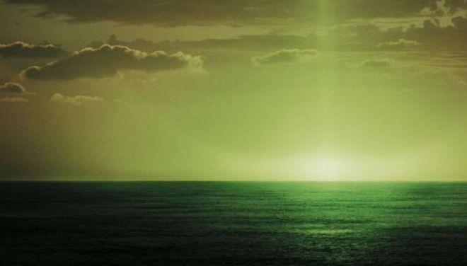 小笠原諸島・父島で緑色の夕焼け「グリーンフラッシュ」が発生!極稀な現象に驚きの声!緑の閃光が空に広がる|情報速報ドットコム