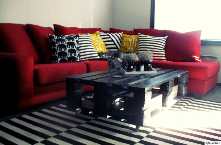 """Lavan voi tuunata myös muihin sisustuksen väreihin sopivaksi. Tämä """"honkysplace"""":n musta yksilö sopii upeasti muihin olohuoneen väreihin! #styleroom #inspiroivakoti #DIY #olohuone #kuormalava"""