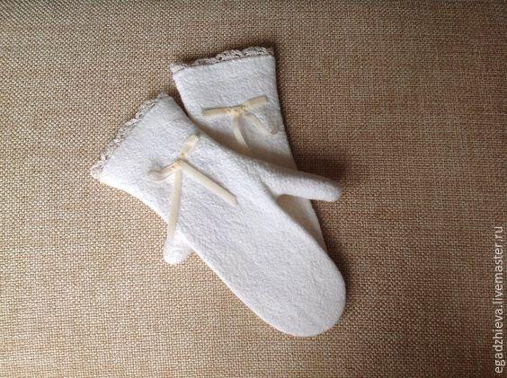 Купить Варежки валяные винтажные бантики - белый, варежки ручной работы, варежки из шерсти
