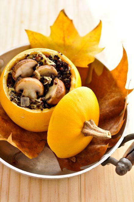 Courges pomme d'or farcie au quinoa noir et champignons de Paris Pour 2 courges 1 dose (60 g) de quinoa noir 3 doses de bouillon de légumes 1 échalote Champignons de Paris 1 bouchon de Porto