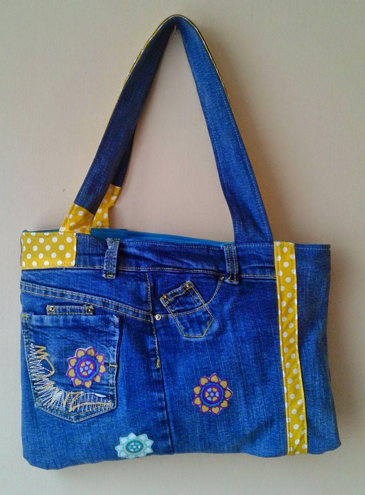 Después de un tiempo intentando, sinéxito, hacer un modelo de bolso reciclandojeansquemeagradara y luciera como una cartera y n...