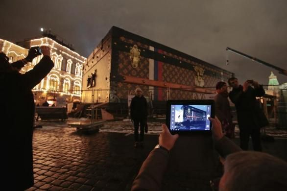 People take pictures of a Louis Vuitton pavilion shaped like a giant suitcase in central Moscow, November 28, 2013.  REUTERS-Tatyana Makeyev...