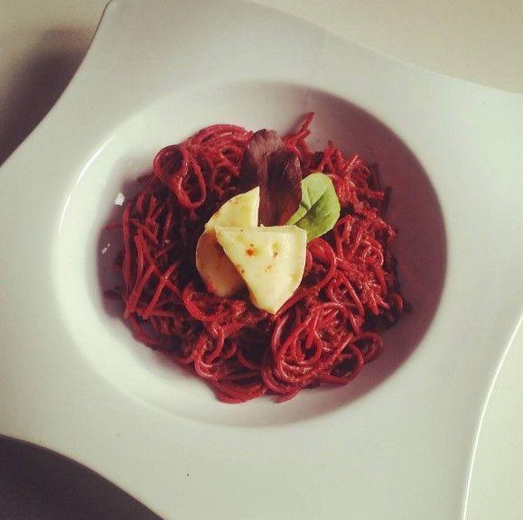 Grahamové špagety s cviklovým pestom