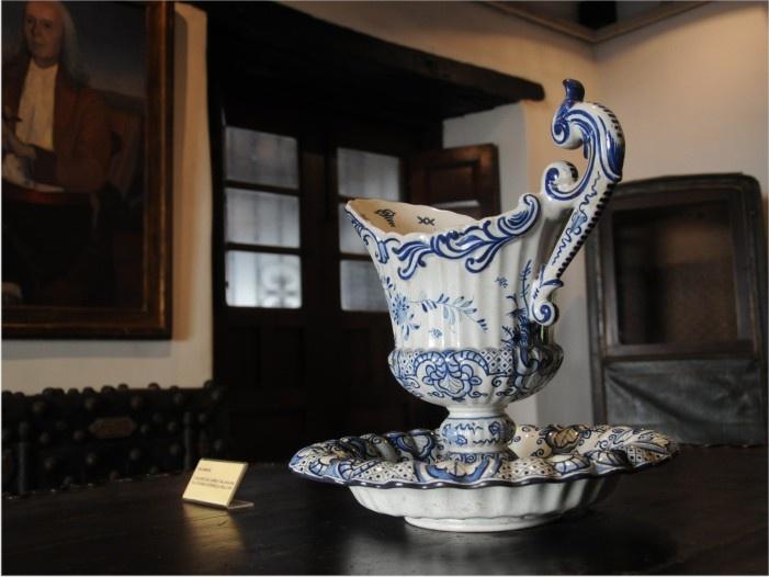 Aguamanil en exhibición en el museo Histórico de la Provincia. Es un conjunto de jarra y palangana de cerámica española del siglo XIX que era utilizado para la higiene de las manos entre las comidas y tambien por los Sacerdotes en las celebraciones.