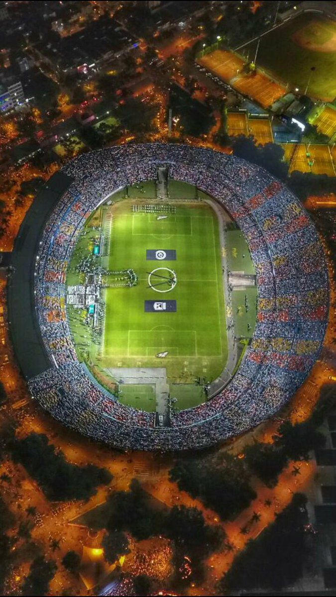 Toma aérea del estadio de Atlético Nacional en pleno homenaje a Chapecoense. Increíble.