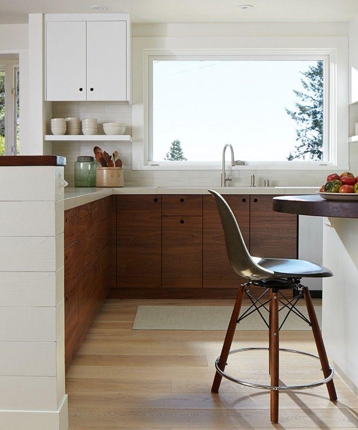 cucina in legno scuro con coutertop e pensii bianchi, bella!