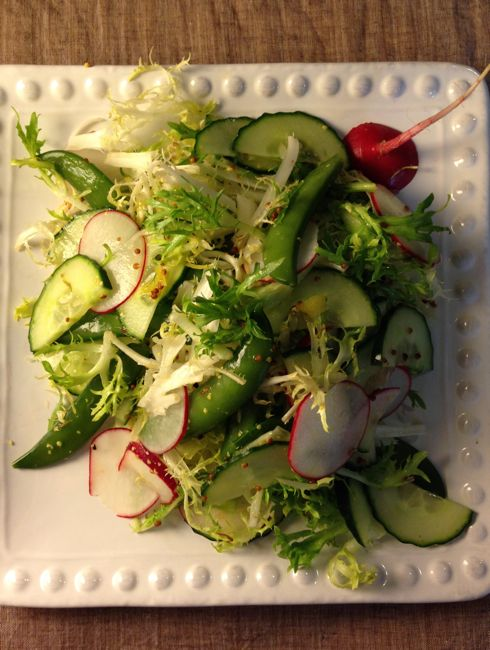 粒マスタードの風味が取り合わせた野菜によく合って、塩を入れなくてもとても美味しい! 簡単ですがメモします。 エンダイブ、きゅうり、ラディッシュ、スナップえんどうの取り合わせ 材料: ・エンダイブ:好きなだけ ・スナップえんどう:好きなだけ、茹でる ・ラディッシュ:1個〜(薄切り) ・きゅうり:1/2本〜(薄切り) ドレッシング: ・レモン汁:小さじ1〜、 ・ディジョン粒マスタード、シャンパンビネガー同量 *ドレッシングは私の好みですが、お好きな味加減でどうぞ♪ この日(4月24日)の夕ご飯: http://imoebinankin.hatenablog.com/entry/2014/04/28…