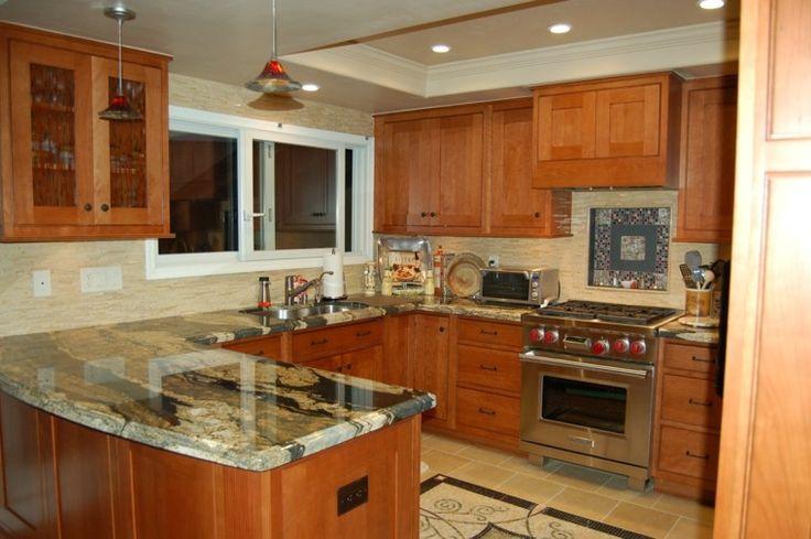 Cocina peque a armarios de madera y encimera de m rmol - Marmol para cocinas ...