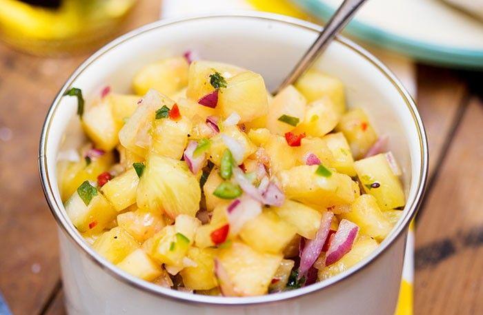 Ananas Salsa till grillat!  4 personer INGREDIENSER  1/2ananas 1/2rödlök, liten 1/2röd chili, t ex spansk peppar 1/2grön chili, t ex spansk peppar 1/2lime 1 mskmynta, finhackad 1/2 mskhonung 1 krmsalt 1/2 krmsvartpeppar, nymald