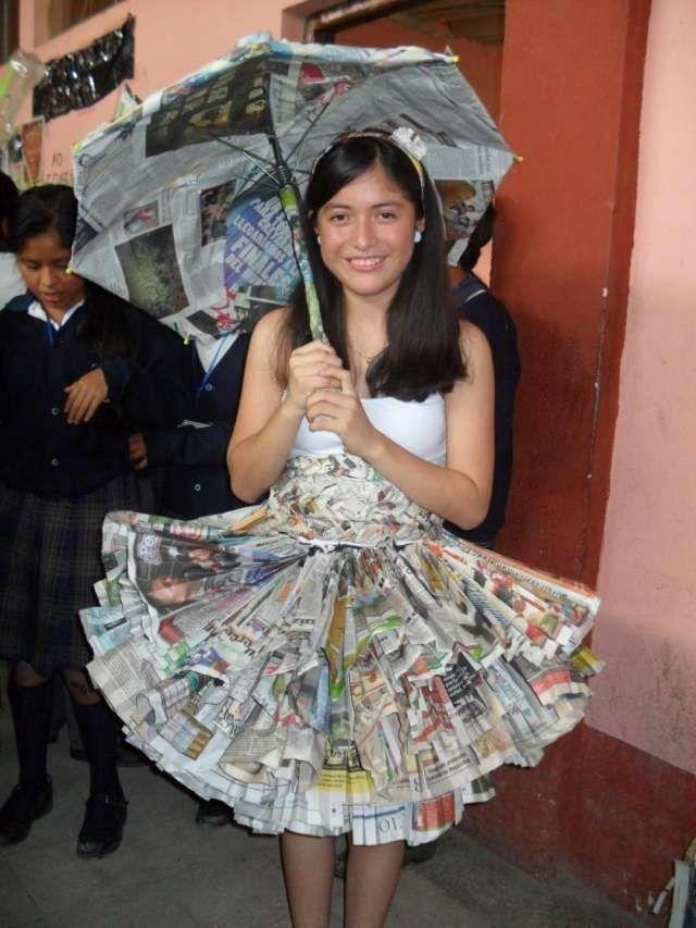 Vestido de periódicos reciclados