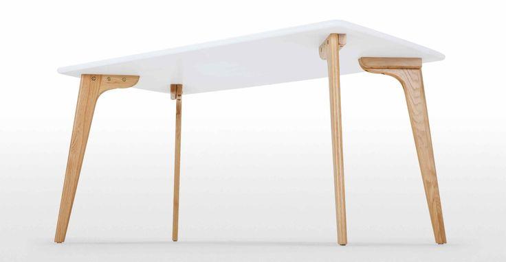 La table rectangulaire Fjord est en chêne massif et bois d'ingénierie.