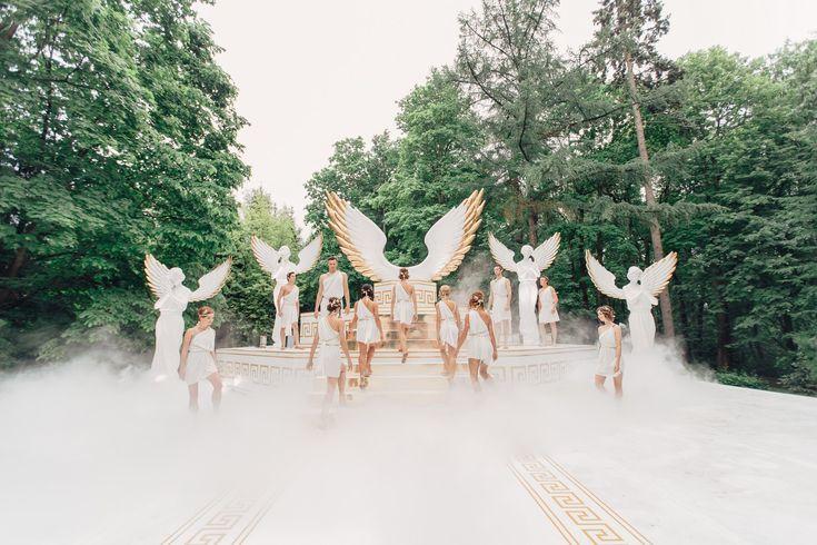 Декор Мария Каменская - небесные атланты держат небо, а молодожены восходят на Олим во время свадебной церемонии.