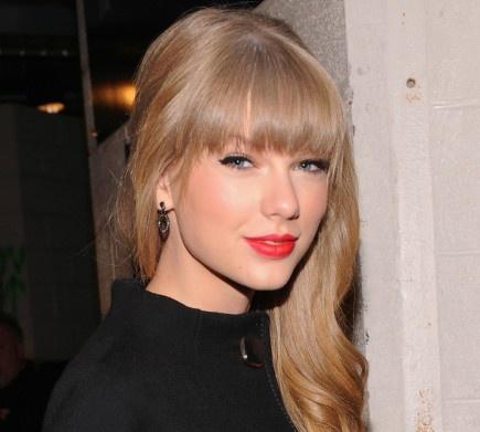 """Taylor Swift ha confirmado que actuará en la Gala de los Premios 40 Principales.  Wamberas, marcad el 24 de enero en vuestra agenda porque Taylor Swift vendrá a España.  La cantante de """"Red"""" se ha sumado a la lista de cantantes confirmados de los Premios 40 Principales que se celebrarán en Madrid a las 21 horas.  Artistas como Alicia Keys, Auryn, Pablo Alborán, Pitbull, David Guetta o Alejandro Sanz participarán en esta gala.  ¿Os molaría ver a Taylor cantar en directo? Podéis comprar l"""