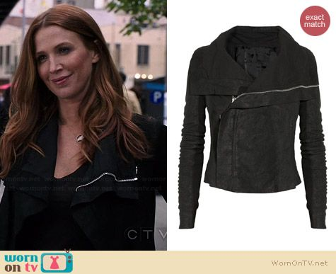 Carrie's black leather jacket on Unforgettable.  Outfit Details: http://wornontv.net/34809/ #Unforgettable