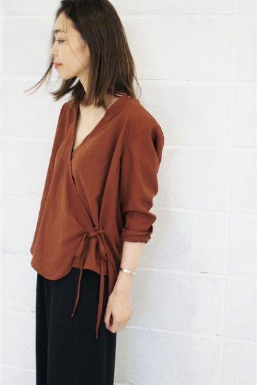 カシュクールシャツ  カシュクールシャツ 14040 2016AW ローン素材の薄手シャツ カシュクールディテールでラフに着こなせます カシュクール部分はドレープが出るようにタックを入れました 内掛け釦はホールが2箇所開いているのでドレープ感の調節が可能です 上前は縫込みの共地リボンで結んでとめます 胸元がVラインになりすっきりと見せてくれる女性らしいアイテムに仕上がりました タンクトップなどインナーとあわせてレイヤードスタイルをお楽しみ下さい 取り扱いについては商品についている品質表示でご確認ください 店頭及び屋外での撮影画像は光の当たり具合で色味が違って見える場合があります 商品の色味はスタジオ撮影の画像をご参照ください スタジオ撮影着用スタッフ身長159cm 着用サイズFREE 屋外撮影着用スタッフ身長163cm 着用サイズFREE