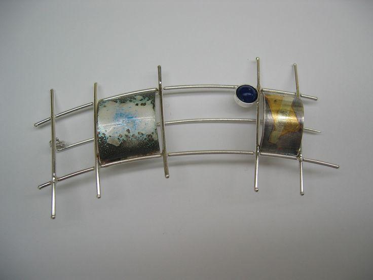 Broche :plata, oro, azabache. Técnica: Esmalte 840ºC.,Kum-boo. Autor: Alfredo Escalada.