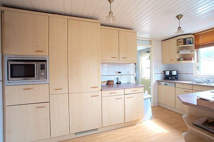 Keuken ingericht met combimagnetron, afwasmachine en koel/vriescombi.