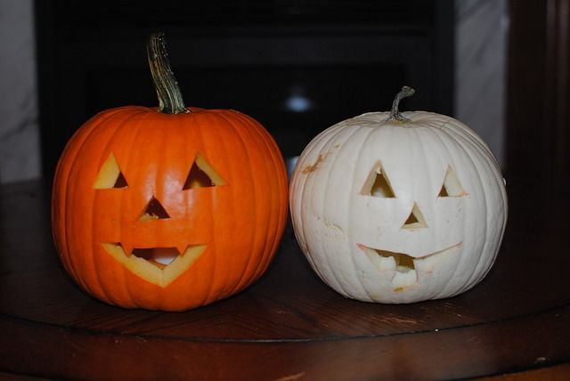 Ideas for pumpkin carving designs are all around you. Some people keep a clipping file for pumpkin carving ideas they come across thought out the year. Others rely on the fall magazines with articles showing the newest pumpkin carving designs.