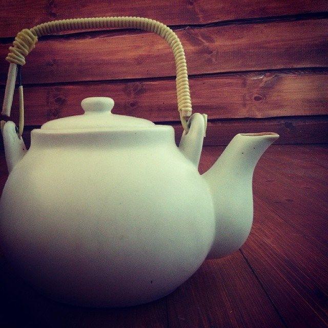 کلمه: قوری. توضیح: چیزی که در آن چایی درست می کنیم.  مثال: این قوری سفید رنگ است.  #zangefarsi #learnpersian www.zangefarsi.com