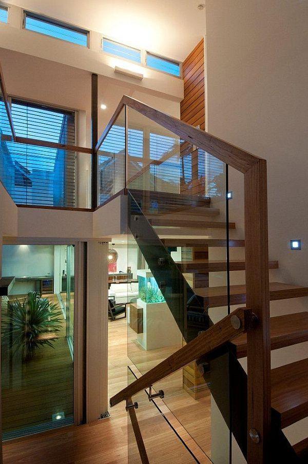 Barandilla acabado madera. Montantes y pasamanos por tramo de escalera. Recubrimiento del borde exterior del peldaño.