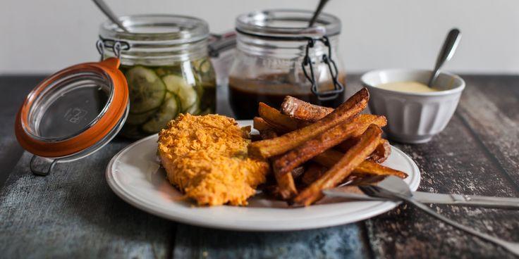 Supersprødt kyllingebryst med fritter og hjemmelavet aïoli og bbq sauce - https://foodgeek.dk/da/supersprodt-kyllingebryst-med-fritter-og-hjemmelavet-aioli-og-bbq-sauce/