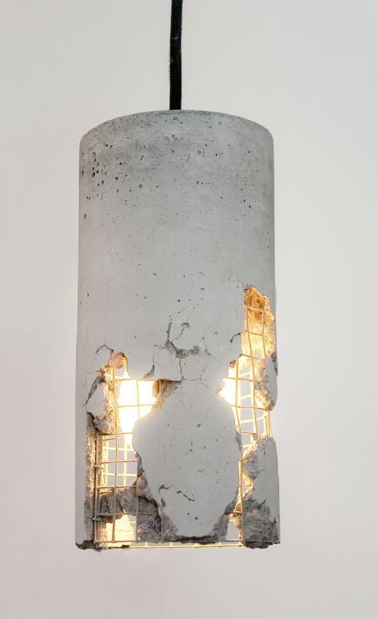 Die LJ Lamp Delta ist ein Produkt der Berliner Designwerkstatt LJ Lamps. Ein jedes Exemplar dieser ungewöhnlichen Leuchte ist ein Unikat, das wir mit Präzision und Hingabe bearbeiten. Die Lampe ist zusätzlich durch das Zerschlagen des Betons individualisierbar. Eine Anleitung hierzu wird mitgeliefert. Dadurch wird Drahtstruktur sichtbar und von innen beleuchtet. Wo auch immer Sie diese Lampe einsetzen - sie wird durch ihre Einzigartigkeit alle Blicke auf sich ziehen. Die LJ Lamps Delta in…