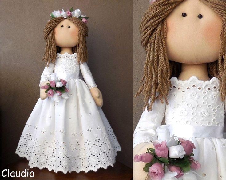 Boneca de pano artesanal, enchimento fibra siliconada, cabelo de lã, vestido rendado.Carrega buquê de flores.Produto exclusivo, apropriado para crianças acima de 6 anos, ou como peça de decoração. Fica em pé sem necessidade de apoio.