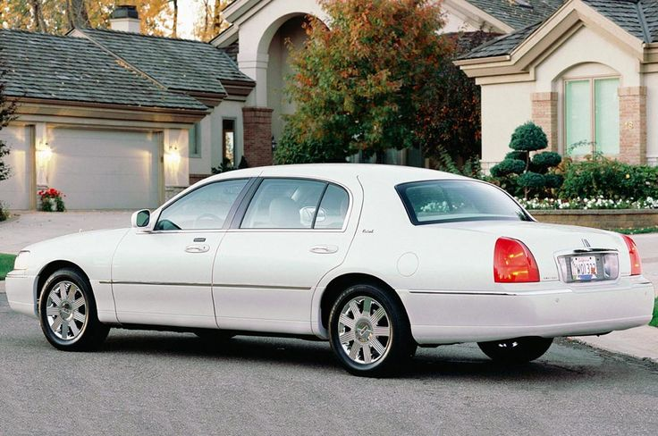 Cheap luxury and elegant car: Lincoln Town Car 2003-2011 | Review